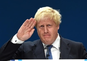 Boris Johnson, mano alzata in saluto