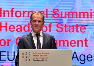 Il presidente del Consiglio europeo Donald Tusk al pulpito con la scritta Informal Summit Heads of State or Government