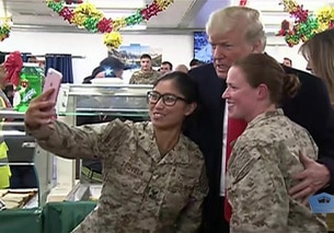 Selfie di Trump con due soldatesse nella base USA di Al Assad in Iraq