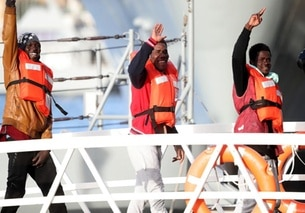 Immigrati che sbarcano dalla Sea-Watch