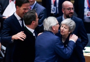 Jean-Claude Juncker parla con Theresa May