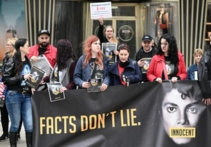 Una manifestazione a Colonia in difesa di Michael Jackson all uscita del documentario Leaving Neverland in Germania