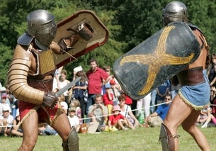 due gladiatori mentre combattono