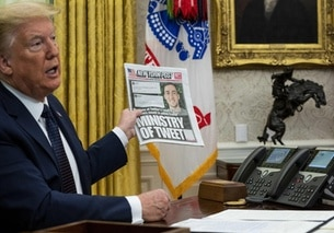Donald Trump nello studio ovale mostra una copia del NY Post.