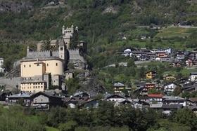 vista su un borgo e un castello
