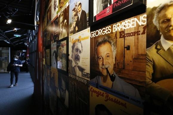 La parete esterna del museo dedicato a Brassens tappezzata di poster con l immagine del cantante.