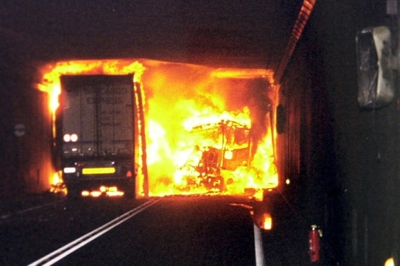 camion in fiamme in galleria